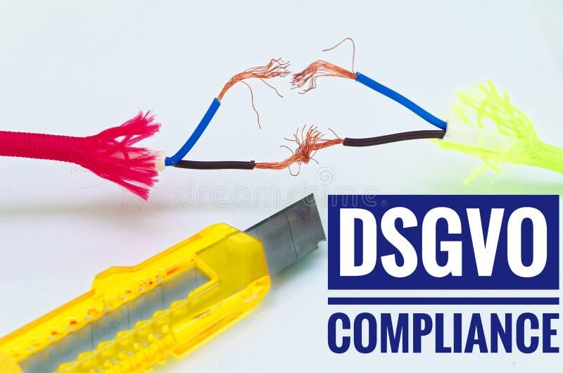Bunte Kabel, die separat und Provisorium und ein Handwerksmesser mit Aufschrift DSGVO Befolgung ausgebessert wurden stockfotografie