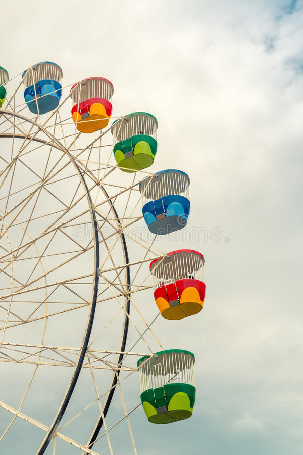 Bunte Kabinen des panoramischen Rades der Stadt lizenzfreie stockbilder