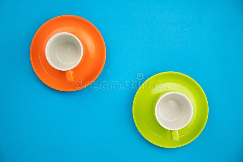 Bunte Kaffeetasse auf blauem Papierhintergrund lizenzfreie stockfotografie