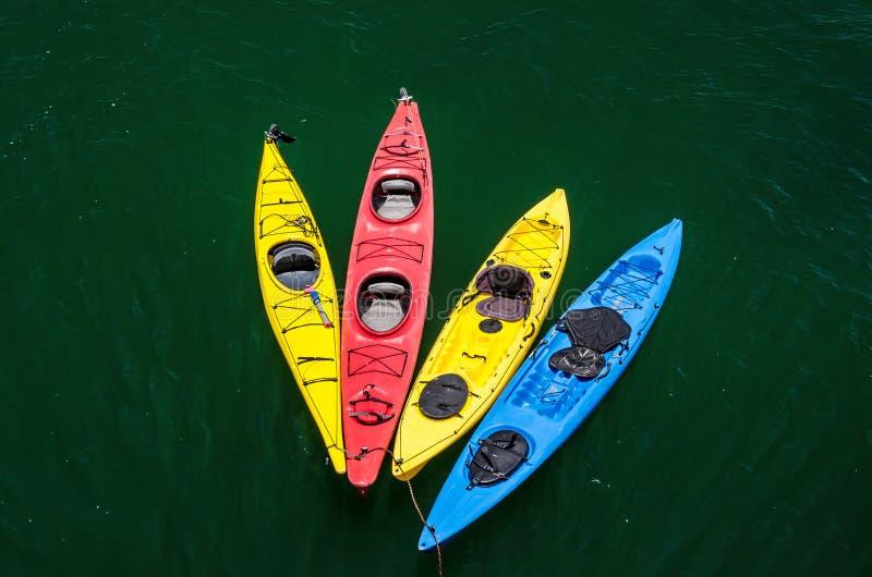Bunte Kajaks im Wasser stockfotografie
