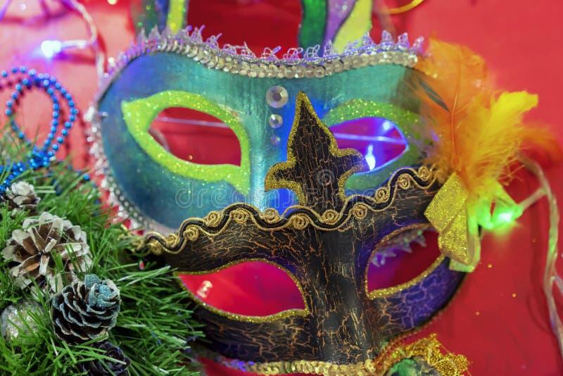 Bunte Karnevalsmasken von verschiedenen Formen und von Größen stockbilder
