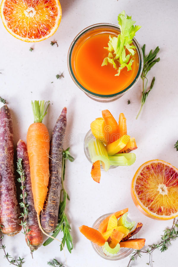 Bunte Karotten und Saft stockfoto