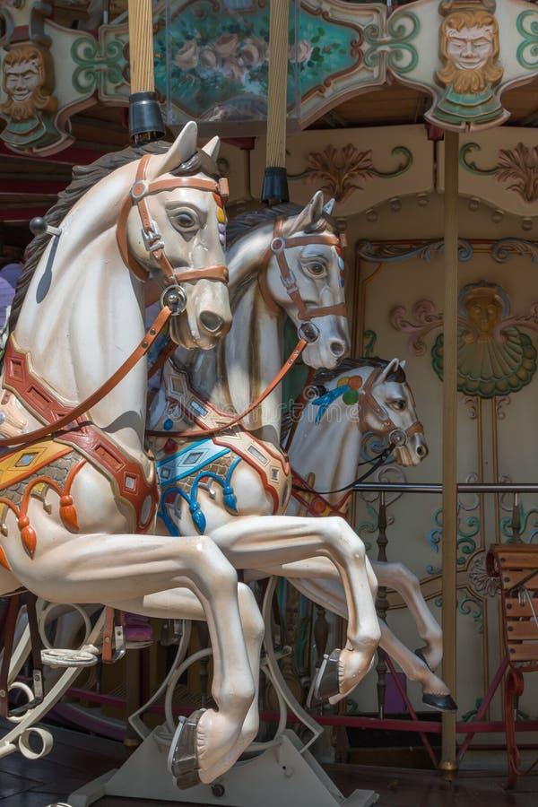 Bunte Karussell-Pferde in einem Ferienpark, Karussell-Pferd lizenzfreie stockbilder