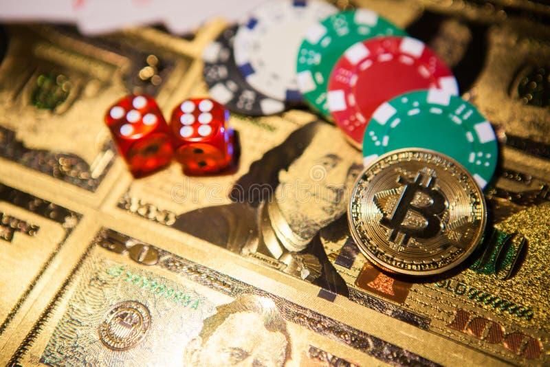 Bunte Kasinochips, Dollar, bitcoin und rote Würfel stockbilder