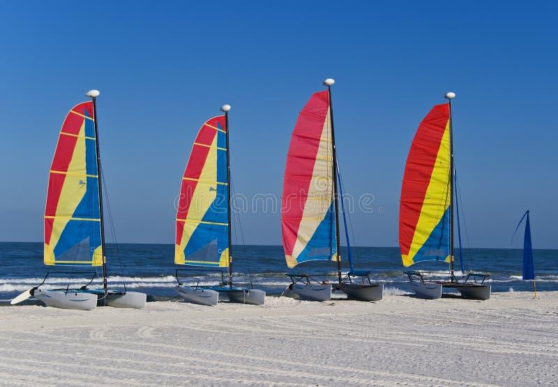 Bunte Katamaransegelboote auf einem Strand lizenzfreie stockfotografie