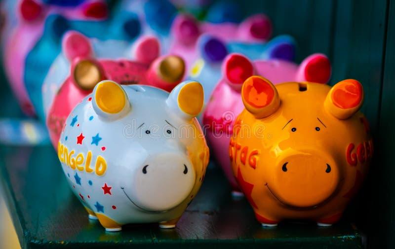 Bunte keramische Schweinformnachäffer lizenzfreie stockbilder