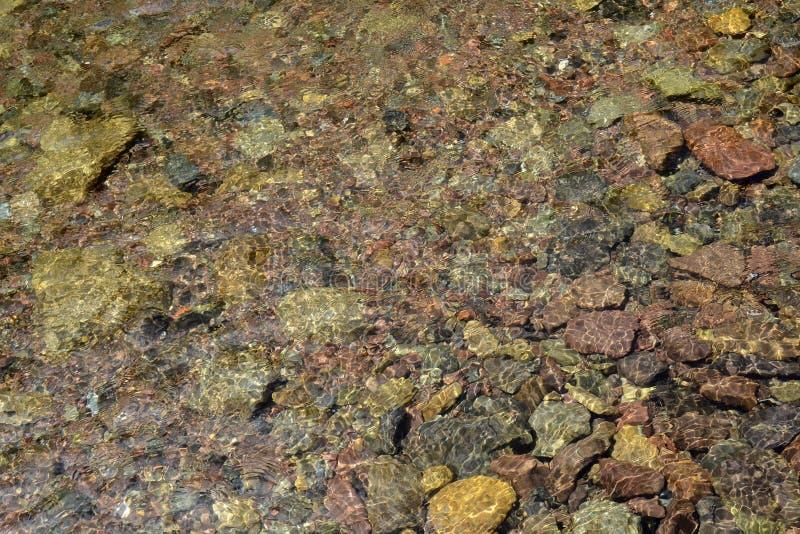 Bunte Kiesel unter Wasserhintergrund lizenzfreie stockfotografie