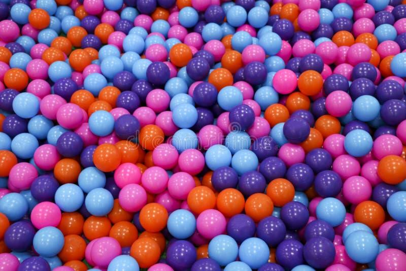 Bunte Kindkugeln Mehrfarbige Plastikbälle Ein Kind-` s Spielzimmer Hintergrundbeschaffenheit von mehrfarbigen Plastikbällen auf T lizenzfreies stockbild