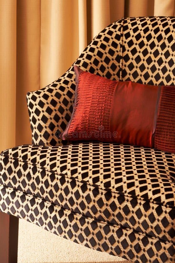 Bunte Kissen auf dem Stuhl stockfotografie