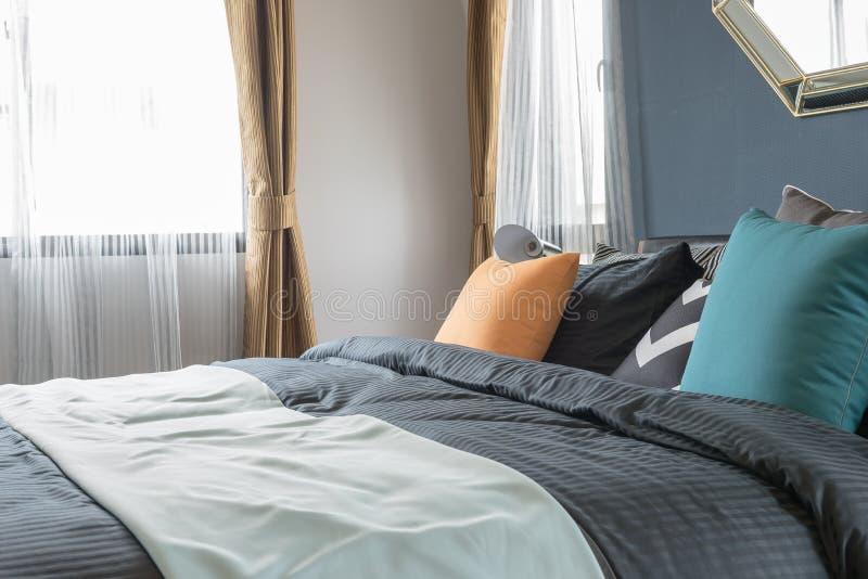 Bunte Kissen Auf Dunkler Farbe Gehen Im Modernen Schlafzimmer Zu ...