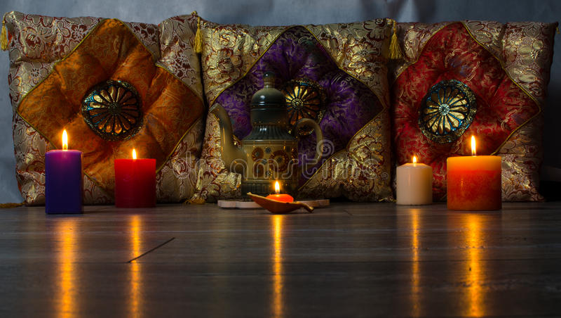 Bunte Kissen in der keramischen Teekanne der orientalischen Art stockbilder