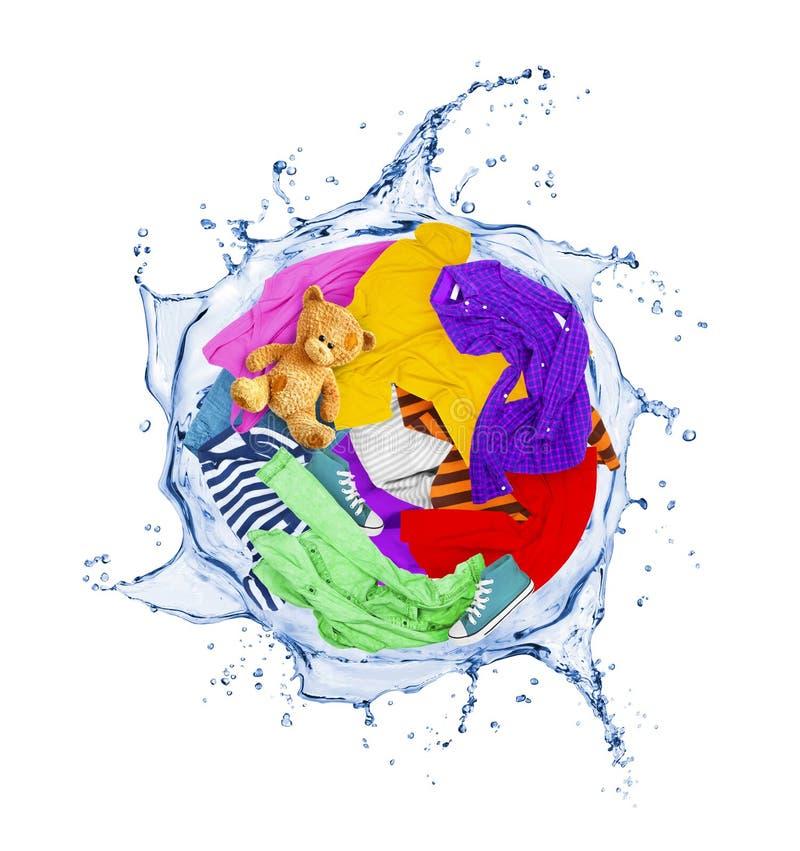 Bunte Kleidung dreht sich in einem Wirbeln spritzt vom Wasser lizenzfreies stockbild