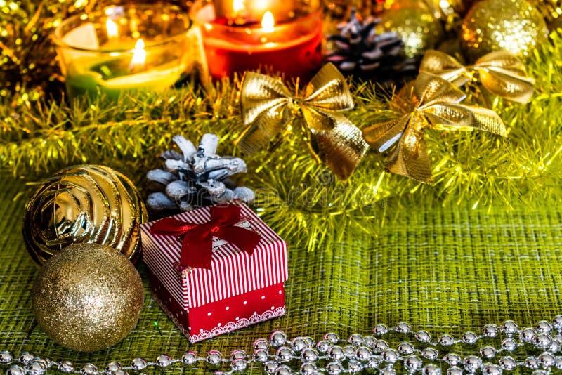 Bunte kleine Geschenkboxen mit Geschenken unter Weihnachtslametta und glänzende Spielwaren und Dekorationen lizenzfreie stockfotografie