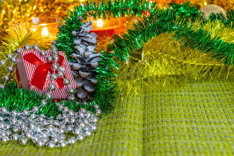 Bunte kleine Geschenkboxen mit Geschenken unter Weihnachtslametta und glänzende Spielwaren und Dekorationen lizenzfreie stockfotos