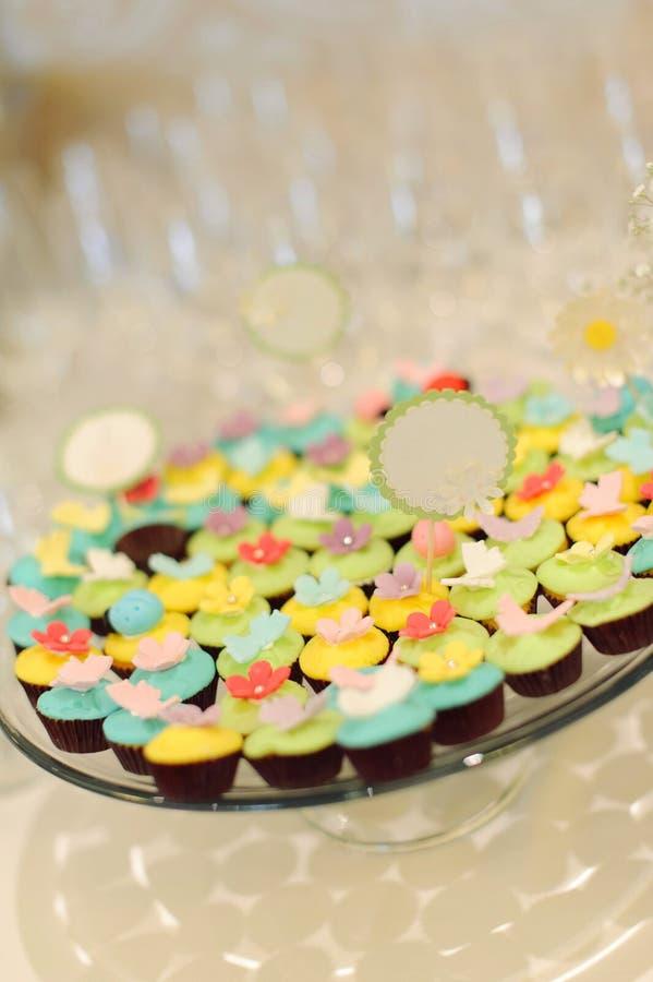 Bunte kleine Kuchen lizenzfreie stockfotos