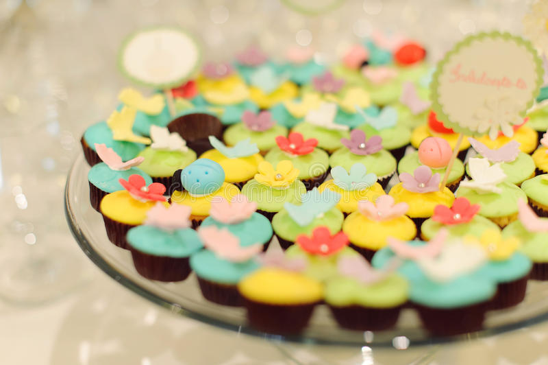 Bunte kleine Kuchen stockfotos