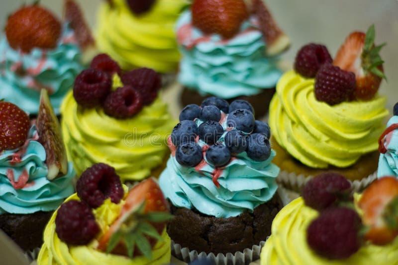 Bunte kleine Kuchen mit Beeren stockfoto