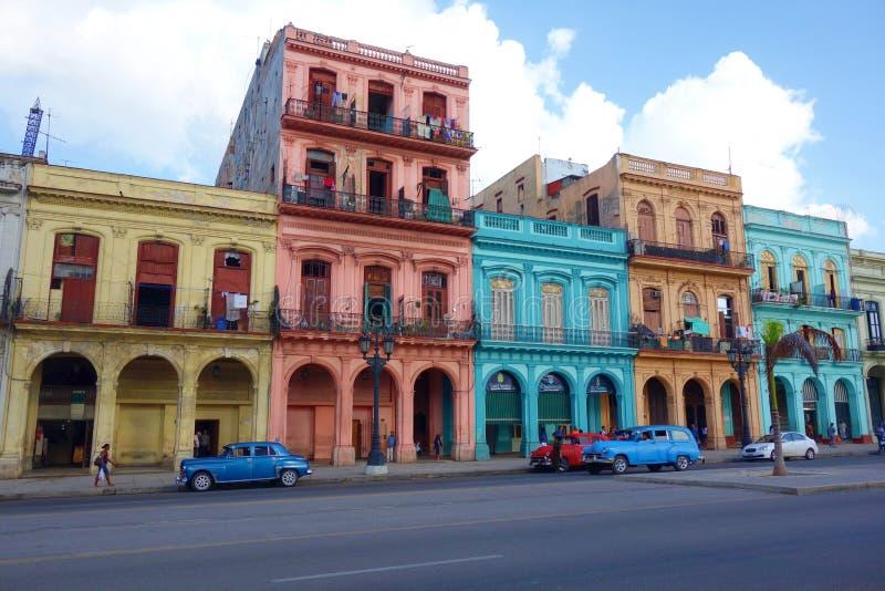 Bunte Kolonialbauten mit alten Weinleseautos, Havana, Kuba lizenzfreie stockfotografie