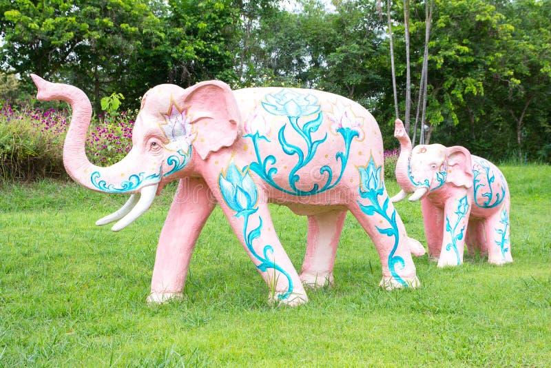 Bunte konkrete Elefantstatue mit Thailand-Muster im Park lizenzfreie stockfotografie