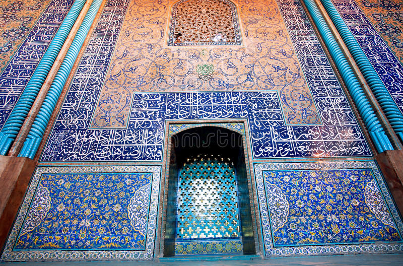 Bunte kopierte Wände mit Fliesen innerhalb der Moschee stockbild