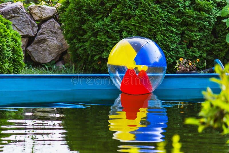 Download Bunte Kugel, Die In Das Pool Schwimmt Stockbild - Bild von aktivität, spiel: 26369801