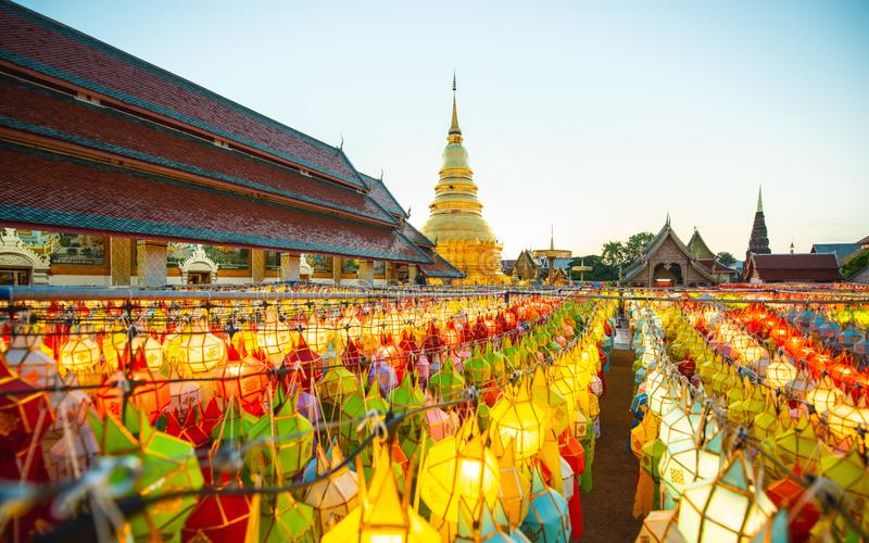 Bunte Lampe und Laterne in Loi Krathong Wat Phra That Haripunc lizenzfreie stockbilder