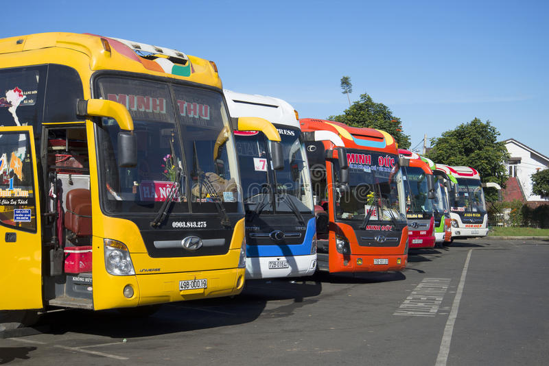 Bunte Langstreckenbusse sind am Busbahnhof von DA-Lat vor Abfahrt vietnam stockfoto