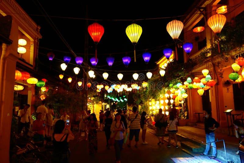 Bunte Laternen an der gehenden Straße von Hoi An Ancient Town, UNESCO-Welterbestätte vietnam stockfotografie