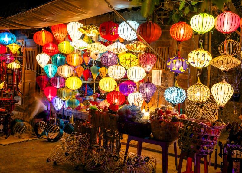 Bunte Laternen an der Marktstraße von Hoi An stockbild