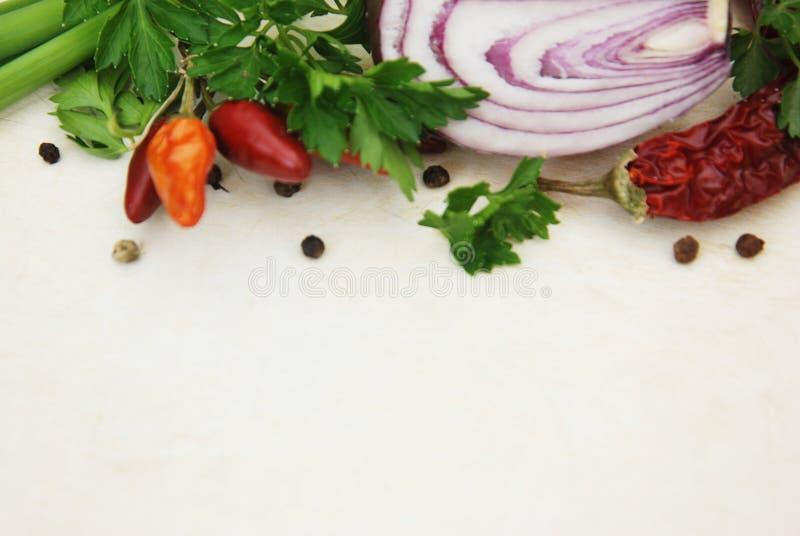 Bunte Lebensmittelinhaltsstoff-Gemüse-Gewürze, Dill, Grün, Zwiebel Lebensmittelinhaltsstoff-Hintergrund für das Blogging Lebensmi stockfotos