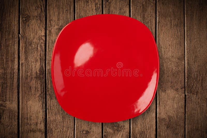 Bunte leere Platte auf grungy Hintergrundtabelle lizenzfreies stockfoto