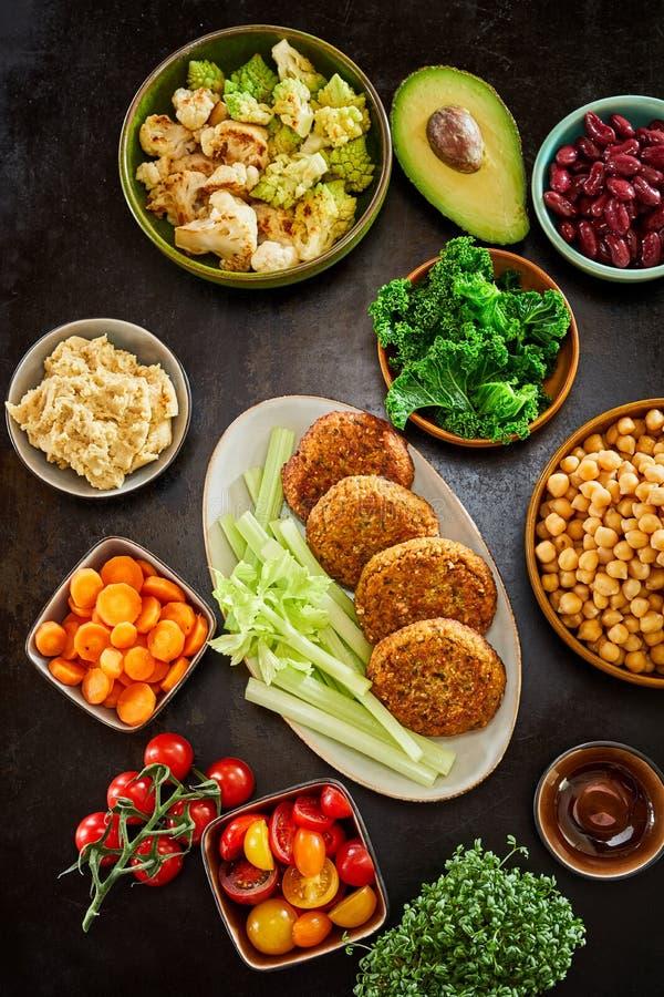 Bunte levante Küchemahlzeit gedient auf Tellern lizenzfreies stockbild