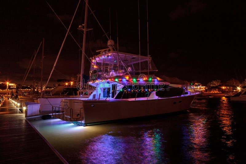 Bunte Lichterkette auf Segelbooten lizenzfreies stockbild
