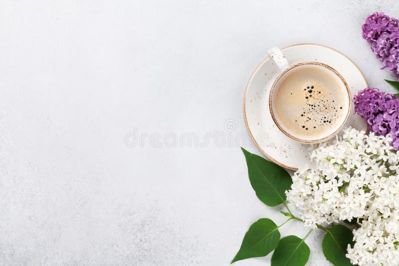 Bunte lila Blumen und Kaffeetasse stockfoto