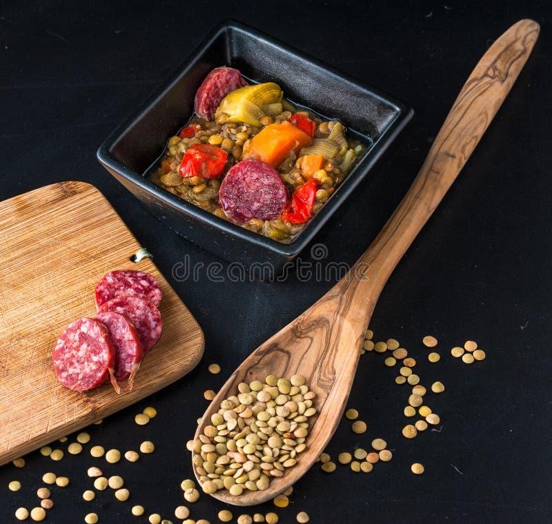 Bunte Linsensuppe mit Chorizo - traditionelle spanische Küche stockfoto