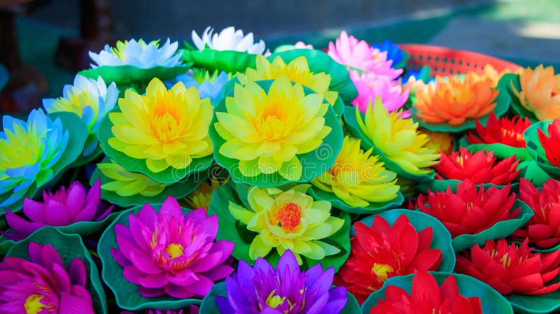 Bunte Lotus Flowers machte von Plastik-, künstlicher Lotus Flower stockfotos