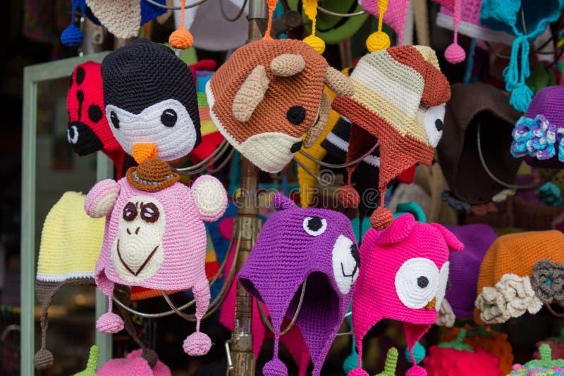 Bunte lustige Hüte im Verkauf an Jatujak-Markt in Bangkok, Thailand lizenzfreies stockbild