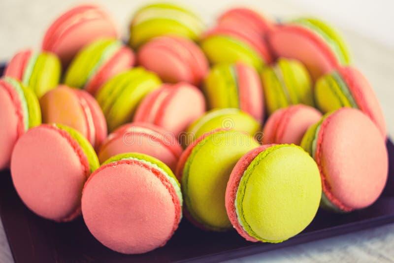Bunte macarons auf Platte lizenzfreie stockbilder