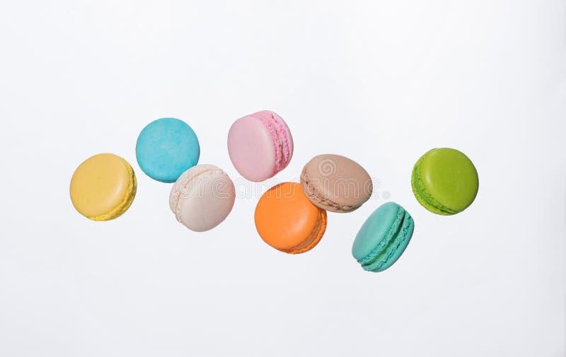 Bunte macarons Kuchen Süße französische Makronen, die in Bewegung fliegen lizenzfreie stockfotos