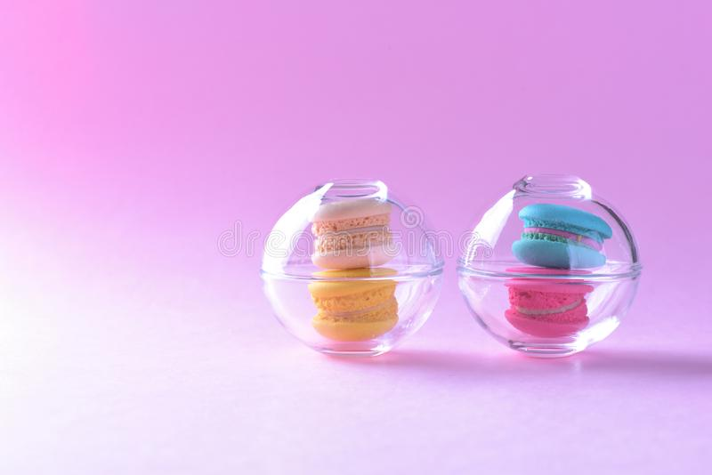 Bunte macarons oder Makronen in Glasschalennachtisch-Bonbon beauti lizenzfreies stockbild