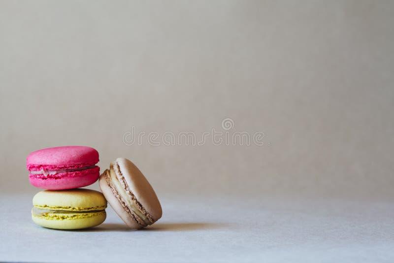 Bunte macarons oder Makronen, Kopienraum stockfotos