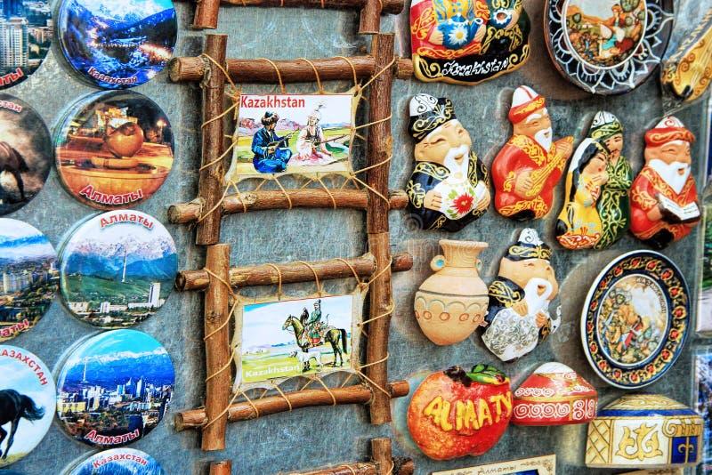 Bunte Magnetandenken im Markt in Almaty, Kasachstan lizenzfreie stockfotos