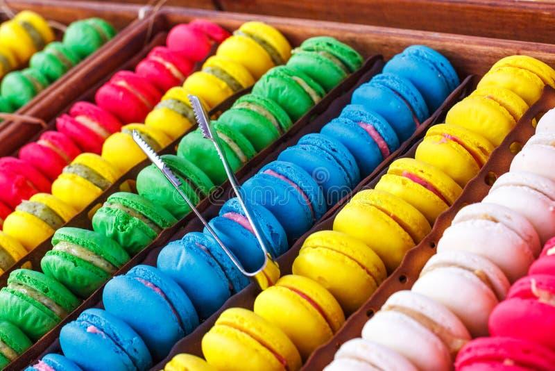 Bunte Makronen Traditionelle Bonbons mit silbernen Zangen stockfoto