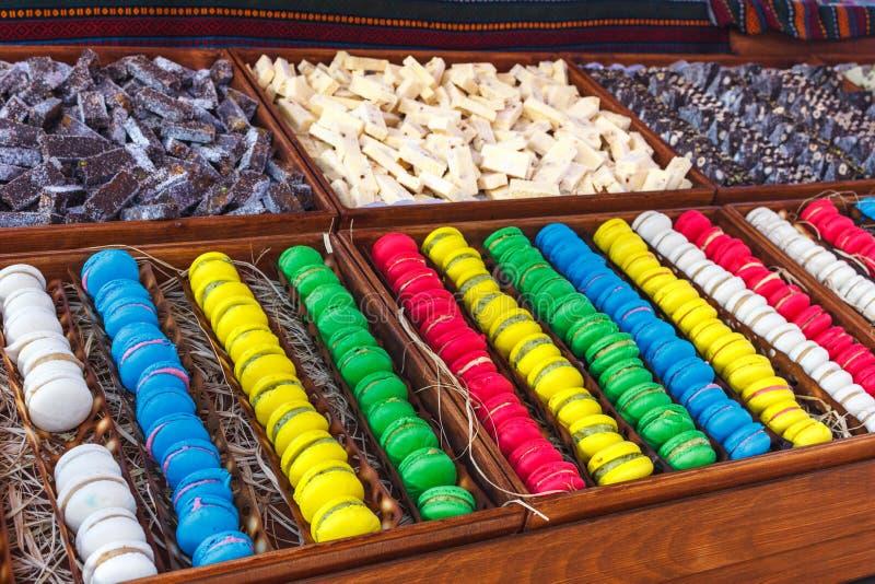 Bunte Makronen Traditionelle Bonbons mit silbernen Zangen stockbilder
