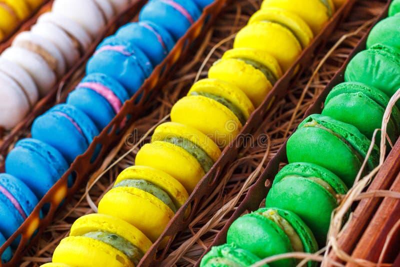 Bunte Makronen Traditionelle Bonbons mit silbernen Zangen lizenzfreie stockbilder