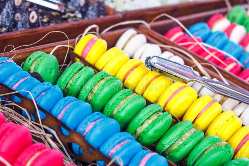 Bunte Makronen Traditionelle Bonbons mit silbernen Zangen lizenzfreie stockfotografie