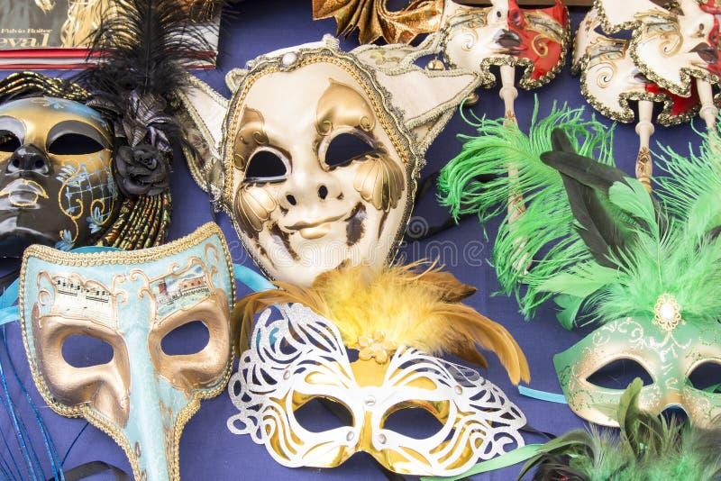 Bunte Masken gesehen auf Flohmarkt stockbild