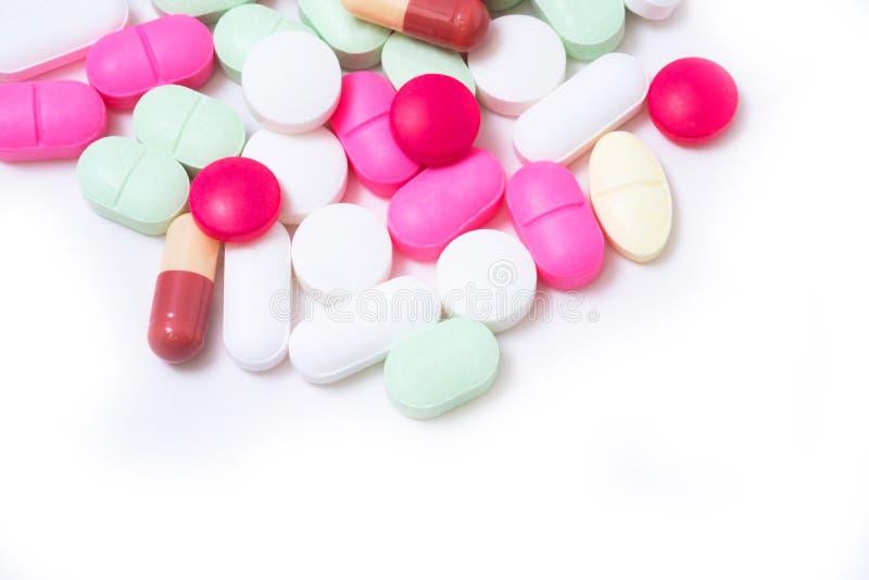 Bunte Medikationspillen lokalisiert auf weißem Hintergrund Stellen Sie schützende Schablone und die Pille gegenüber, die im Hinte stockfotos