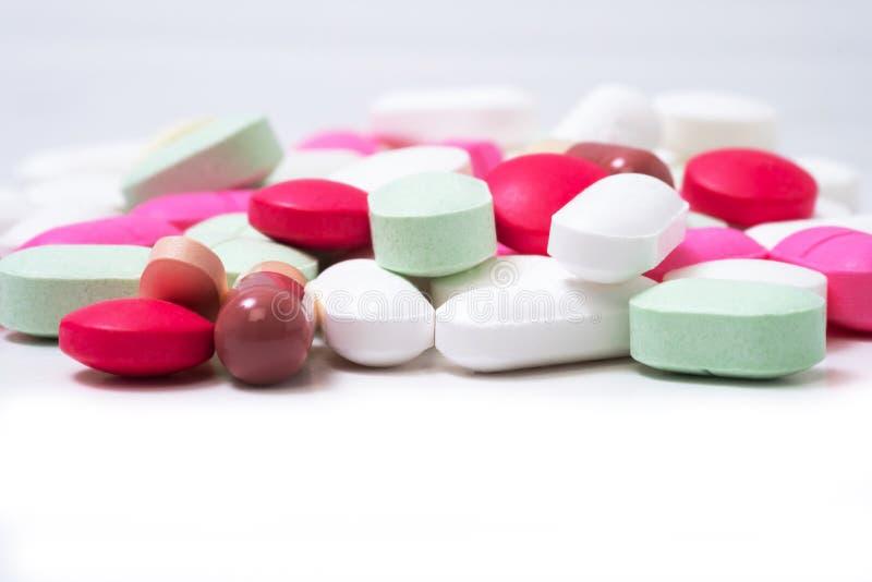 Bunte Medikationspillen lokalisiert auf weißem Hintergrund Stellen Sie schützende Schablone und die Pille gegenüber, die im Hinte lizenzfreies stockbild