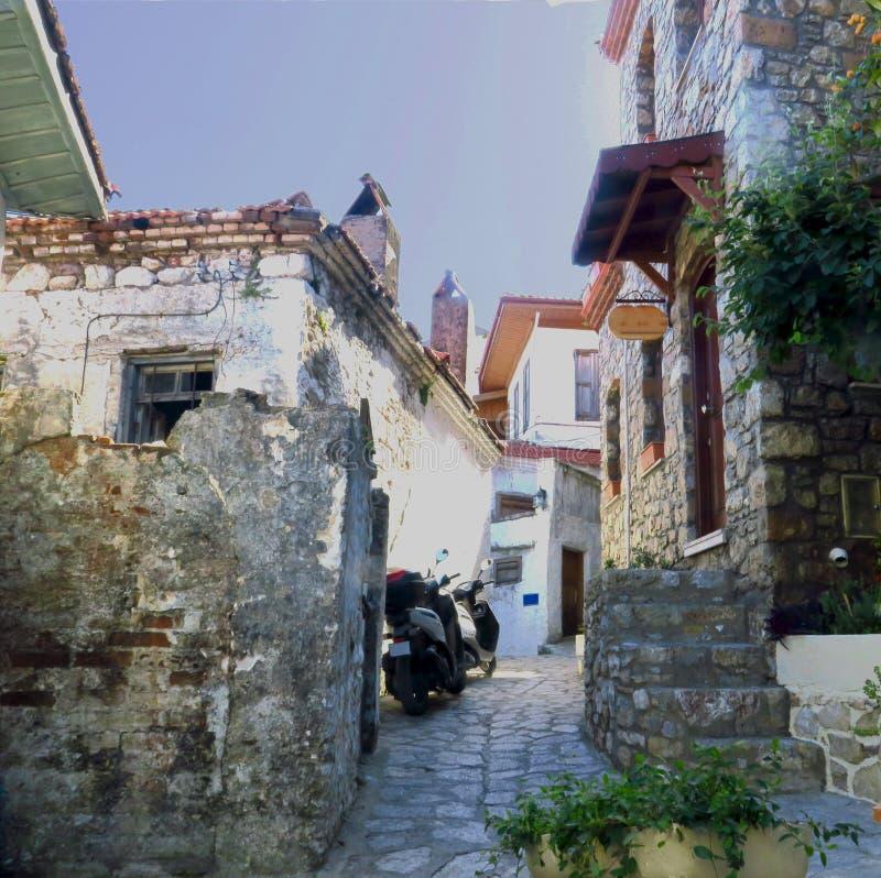 Bunte Mediterrannean-Straße in Marmaris-Stadt, weiße Häuser von Marmaris, alte Mittelmeerhäuser stockfotografie